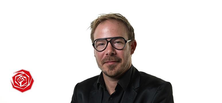 PvdA'er Gijs van Dijk in gesprek met supermarktmedewerkers.